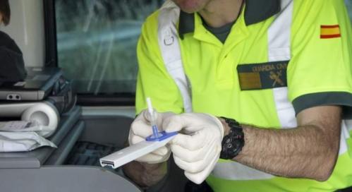 Un guardia civil con el dispositivo de la prueba para el control de drogas.