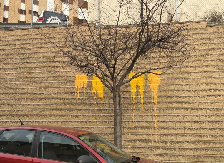 Restos de la pintura arrojada contra el muro de la casa cuartel de la Guardia Civil en la Seo de Urgel.