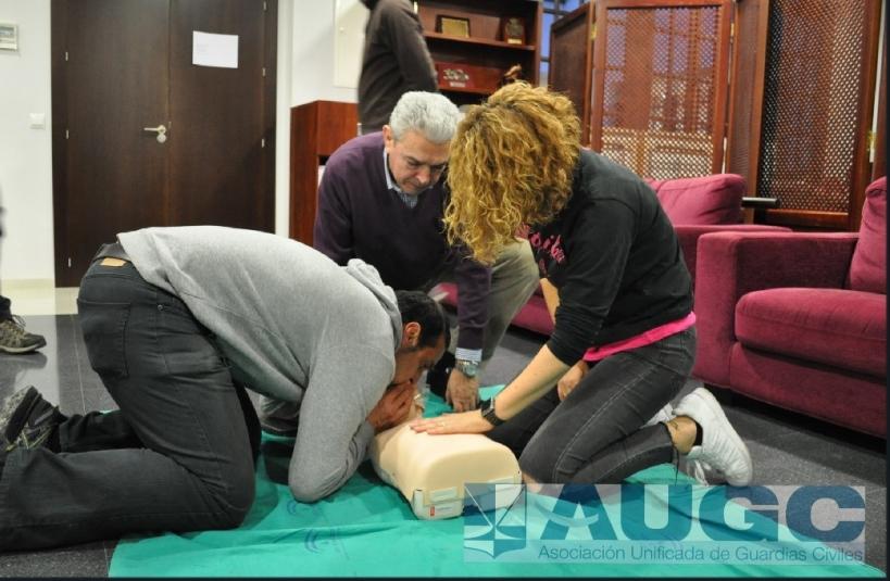 Tres afiliados de la delegación de AUGC en Málaga practicando ejercicios de reanimación en el curso.