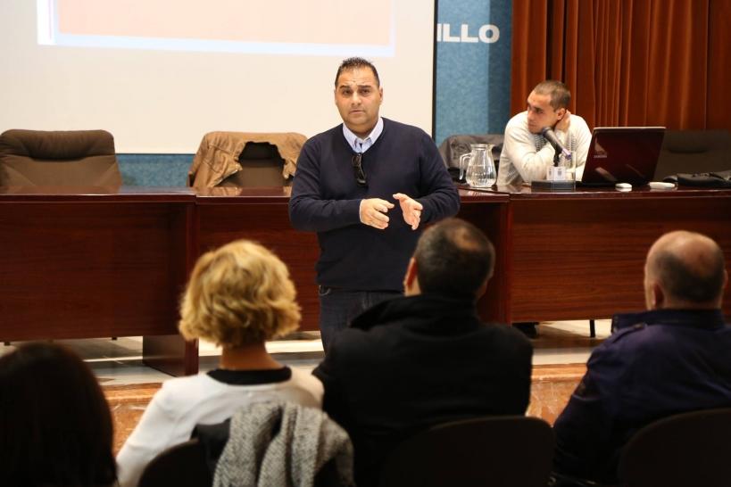 Luis Miguel Larbi, en una de sus charlas en colegios e institutos ante los padres de los alumnos.