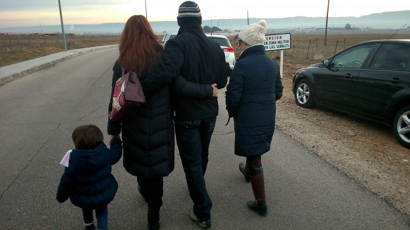 Un guardia civil acompañado por su familia se dirige hacia el penal militar de Alcalá Meco para cumplir cuatro meses de prisión. Su 'delito' fue insultar a su jefe.