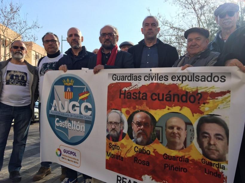 José Morata, en el centro, con bufanda roja, respaldado por representantes de AUGC.