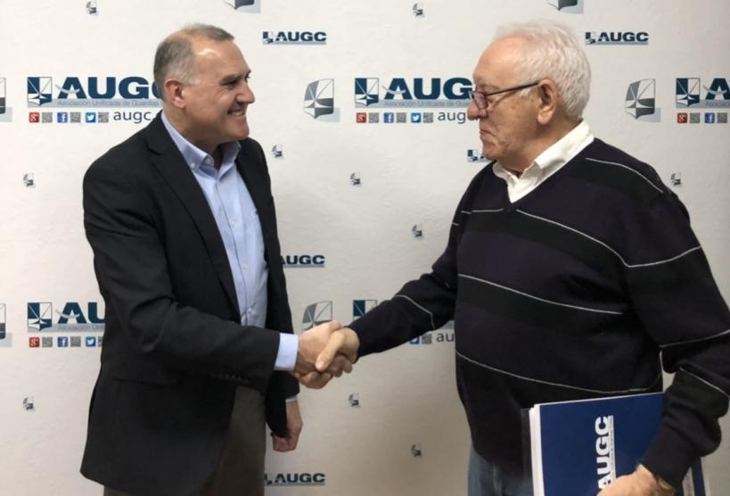 El secretario general de AUGC, Alberto Moya, estrecha la mano de Aurelio Jesús Manso, de la Escuela Superior de Seguridad.
