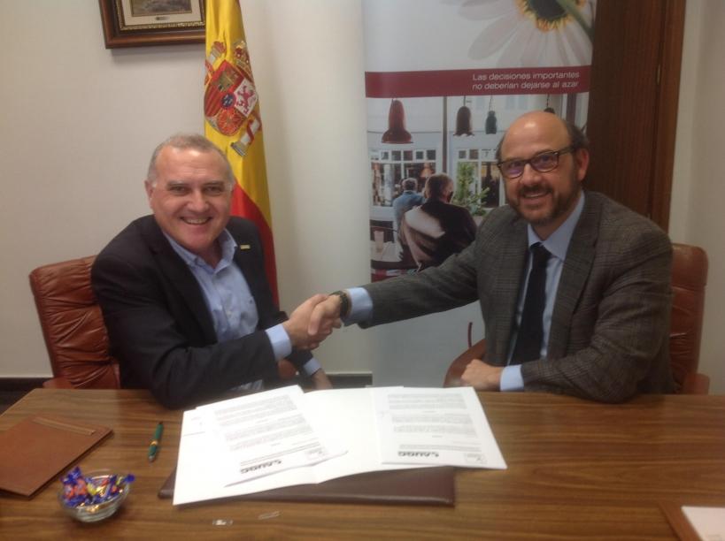 El secretario general de AUGC, Alberto Moya, y el presidente del Consejo General de Colegios de Habilitados de Clases Pasivas, José Antonio Sánchez, se saludan tras la firma del convenio.