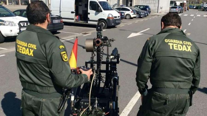 Dos agentes TEDAX de la Guardia Civil.