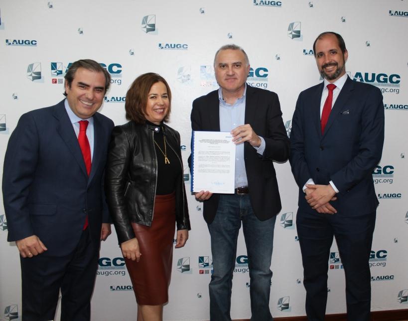 Representantes de AUGC, ASISA Y Banco Santander celebran la firma del acuerdo.