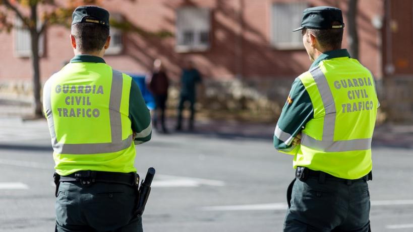 Dos agentes de la Agrupación de Tráfico de la Guardia Civil.