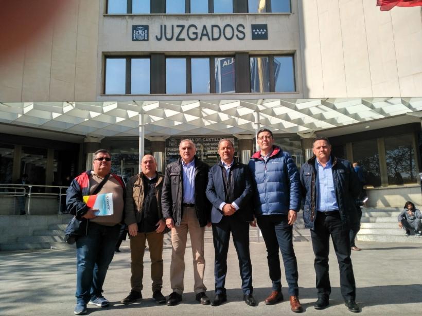 Los representantes de las asociaciones profesionales, en unidad de acción, posan ante los Juzgados de Castilla tras presentar la denuncia.