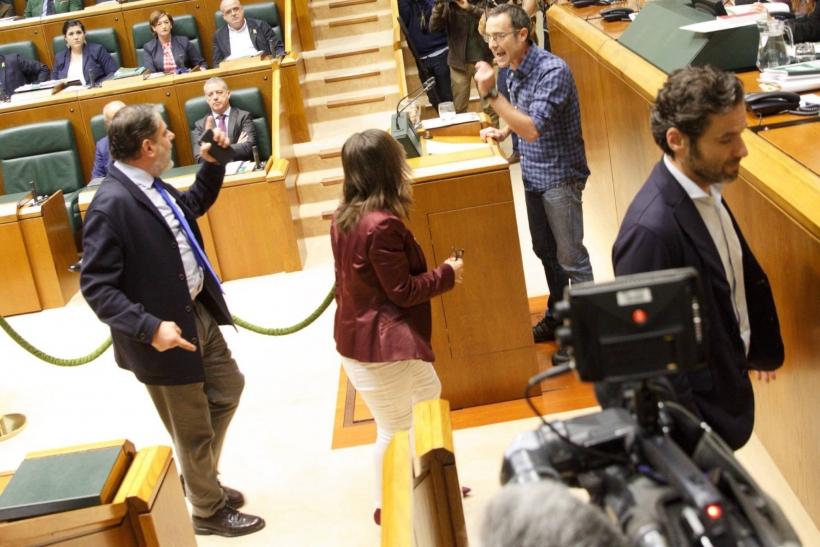Parlamentarios del PP se encaran con Julen Arzuaga durante la intervención de éste en el Parlamento Vasco. Foto: David Aguilar / EFE.