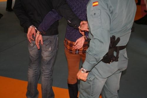 Un guardia civil custodia a unos detenidos.