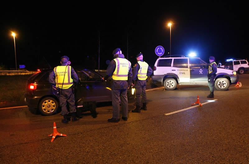 Guardias civiles durante un control de alcoholemia.