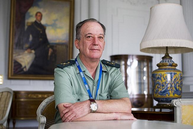 Francisco Esteban Pérez, es general Jefe del Gabinete Técnico de la Dirección General de la Guardia Civil y secretario del Consejo de la Guardia Civil y del Comité para la Igualdad Efectiva de Mujeres y Hombres en la Guardia Civil.