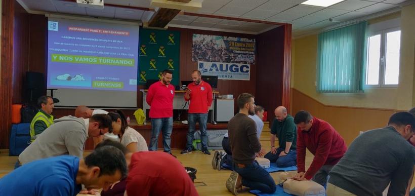 Varios alumnos practican maniobras de reanimación durante el curso organizado por AUGC Cuenca.