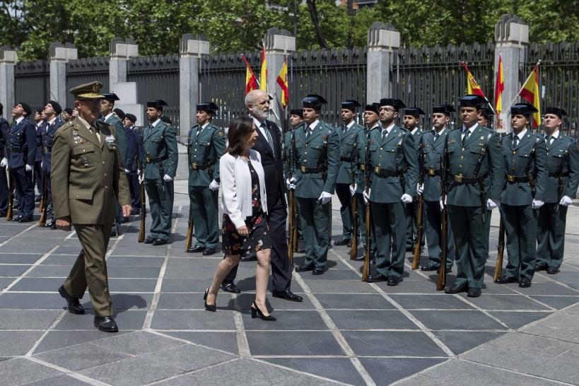 Imagen de archivo del director de la Guardia Civil, Félix Azón, acompañado por la ministra de Defensa, Margarita Robles, pasando revista.
