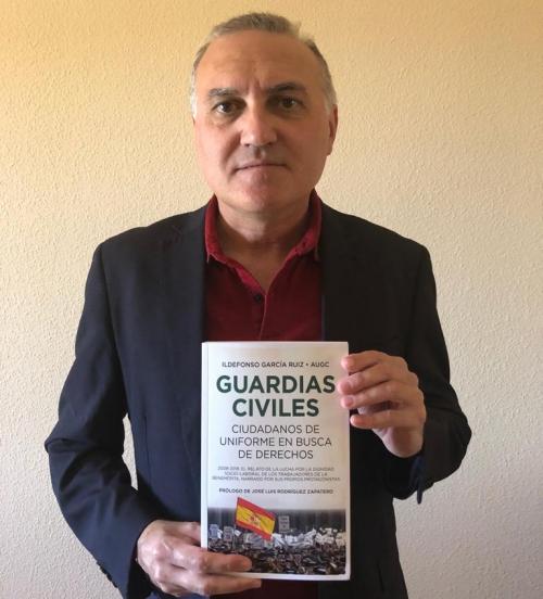 Alberto Moya posa con un ejemplar de 'Guardias Civiles, ciudadanos de uniforme en busca de derechos'.