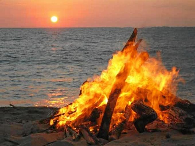 Una hoguera en una playa en la noche de San Juan.
