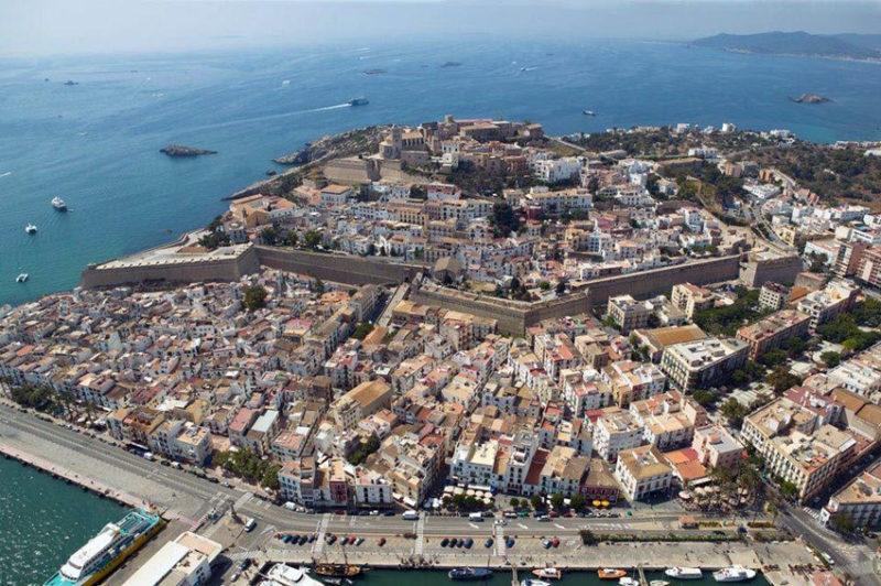 Vista aérea del municipio ibicenco de San Antonio Abad.