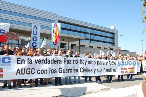 Imagen de la concentración  contra el terrorismo y el acoso a los guardias civiles organizada por AUGC en 2011 en Victoria ante la sede del Gobierno vasco.