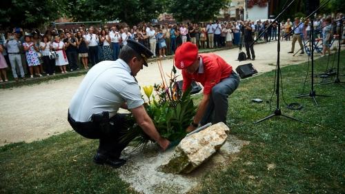 Momento en el que se realiza una ofrenda floral en memoria de Francisco, víctima de la banda terrorista ETA.