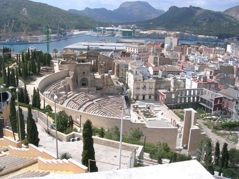 Vista panorámica de la ciudad de Cartagena, con su teatro romano en primer término.