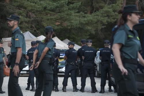 Guardias civiles y policías nacionales durante el dispositivo de búsqueda de Blanca Fernández Ochoa.