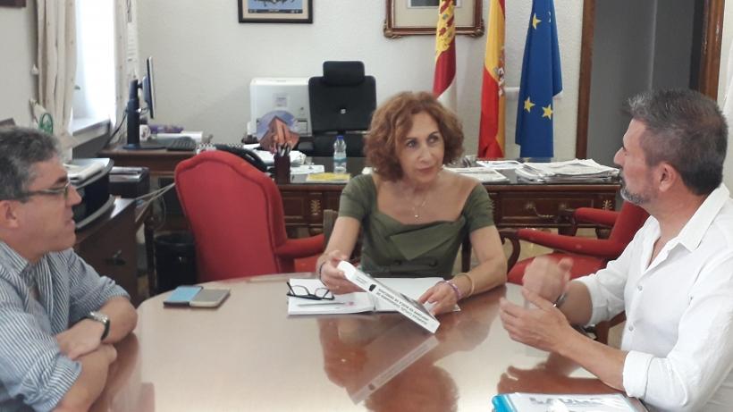Imagen de la reunión entre los representantes de AUGC Ciudad Real y la Subdelegada del Gobierno en la provincia.