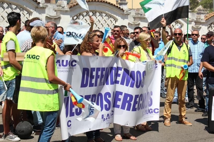 Manifestación en 2016 frente a la Comandancia de Cádiz en apoyo de los cuatro guardias civiles que fueron castigados con la pérdida de sus destinos.