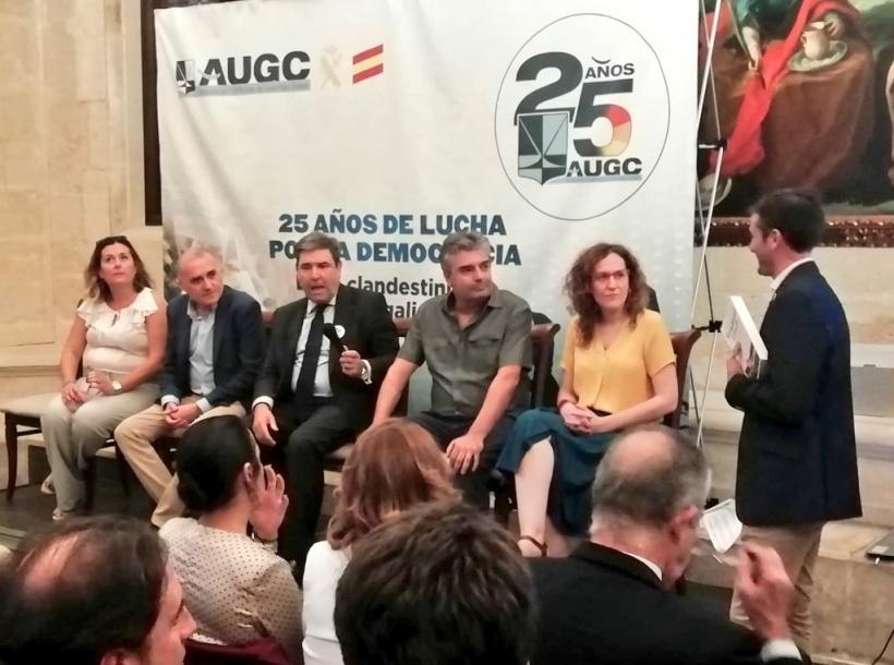 De izquierda a derecha: Silvia Tubio, periodista de ABC; Alberto Moya, secretario general de AUGC; José Manuel Holgado, exdirector general de la Guardia Civil; Ildefonso García, autor de 'Guardias Civiles, ciudadanos de uniforme en busca de derechos'; y N