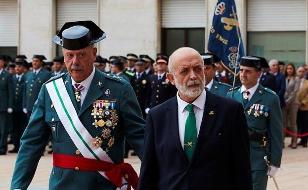 El director general de la Guardia Civil, Félix Vicente Azón, y el jefe de la Benemérita en Cataluña, Pedro Garrido (i), durante los actos de celebración del día de la patrona del cuerpo en la comandancia de Sant Andreu de la Barca (Barcelona). / EFE/Aleja