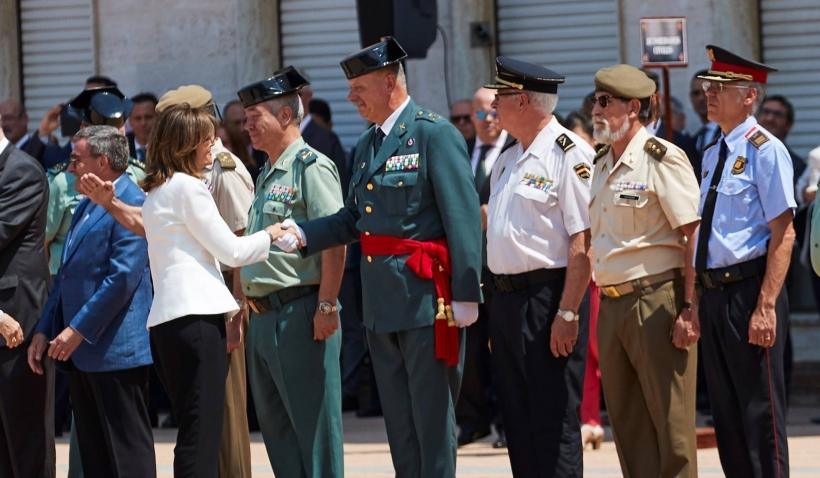 Imagen de archivo en la que  la secretaria de Estado de Seguridad, Ana Botella, saluda al jefe de la Guardia Civil en Cataluña, Pedro Garrido. Foto: Alejandro García EFE