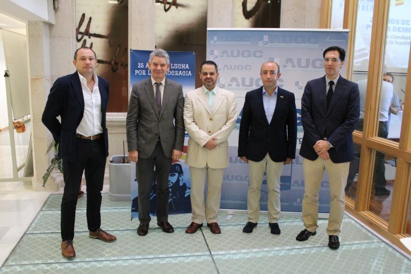 Las autoridades asistentes al acto posan junto con los representantes de AUGC.