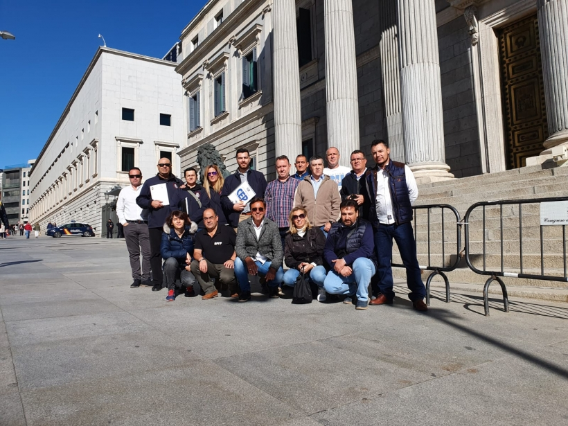 Los representantes de la iniciativa, tras presentar ésta ante el Congreso. En el centro, agachado, el coordinador de la Comisión de Retirados de AUGC, Javier Torrellas.