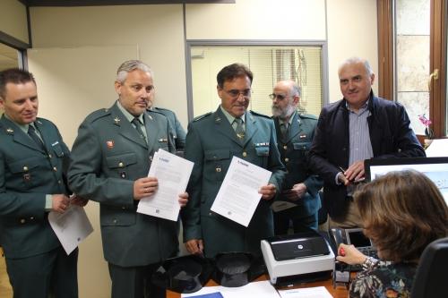 Momento en el que el secretario general de AUGC, Alberto Moya, y varios compañeros retirados hacen entrega de sus respectivos escritos ante el registro del Defensor del pueblo.