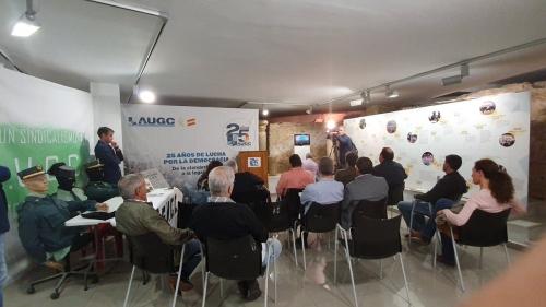 Un momento del acto de presentación de la exposición en la que AUGC recuerda sus primeros veinticinco años de lucha por los derechos de los guardias civiles, y que hoy ha abierto sus puertas en Mérida, tras su paso por Sevilla.