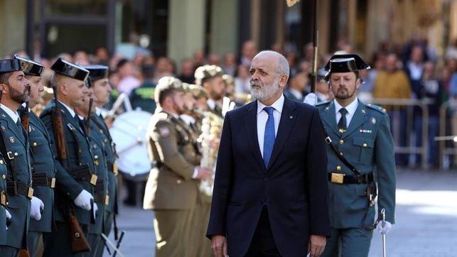 El director general de la Guardia Civil, Félix Azón, pasa revista en un acto oficial.