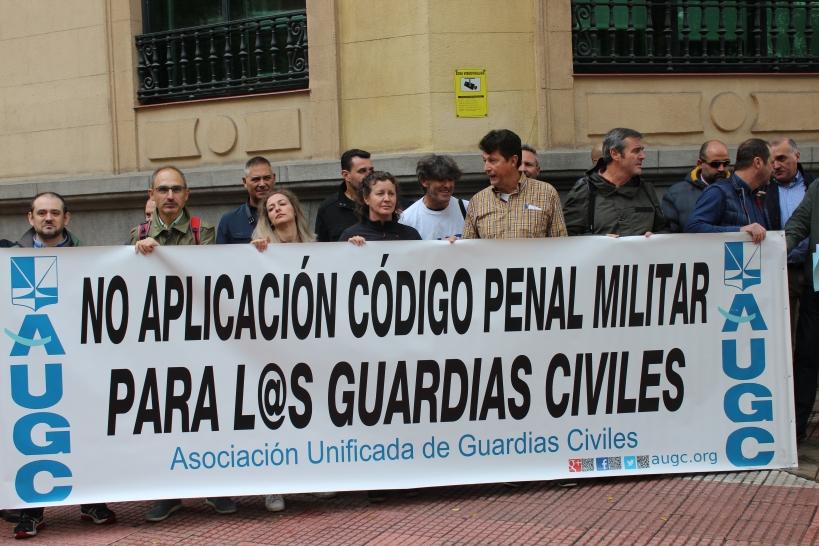 Representantes de AUGC procedentes de distintos puntos de España se concentraron el pasado 17 de octubre frente a la sede del Defensor del Pueblo para protestar contra la aplicación del Código Penal Militar a los guardias civiles.