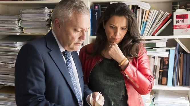 María Serrano junto a su abogado, Fermín Vázquez. Foto: EFE