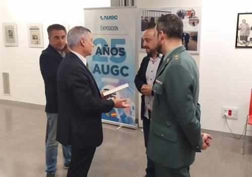 El secretario general provincial de AUGC Valencia, Juan José Tocón (dcha.) conversa con el Subdelegado del Gobierno, José Roberto González, en presencia del Teniente Coronel Vicente Olivares Casas.