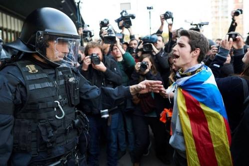 Un joven independentista se encara con un guardia civil en Cataluña.