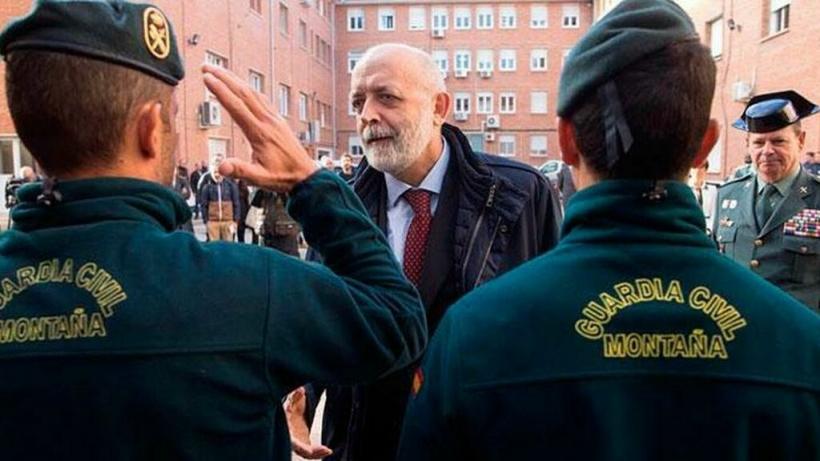 Félix Azón no puede seguir ni un minuto más al frente de la Guardia Civil.