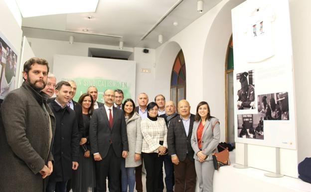 Las autoridades y representantes de AUGC que asistieron ayer a la inauguración en León posan para la foto de familia.