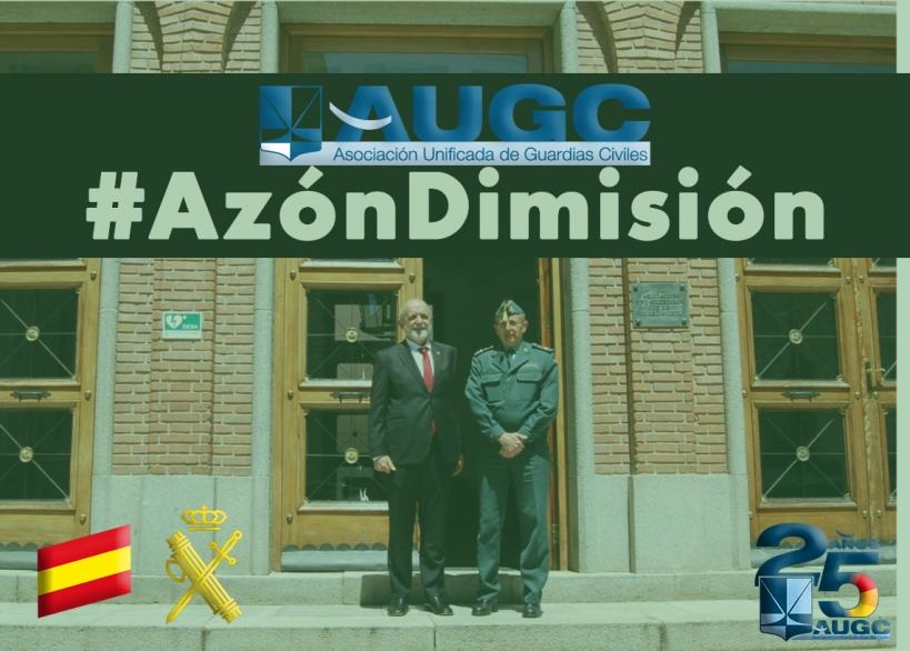 Félix Azón, director general de la Guardia Civil, posa ante la sede de la Asociación Pro-Huérfanos.