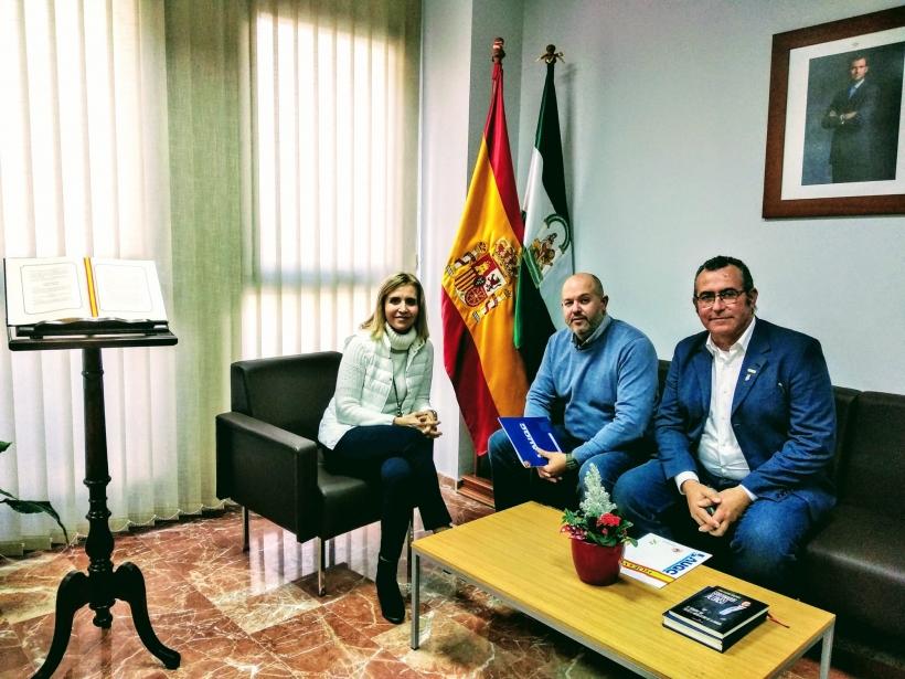 Los representantes de AUGC, con la Subdelegada del Gobierno en un momento de la reunión que han mantenido hoy.