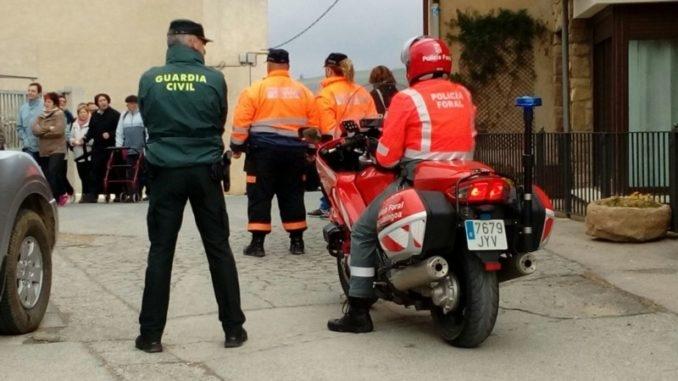 Un guardia civil, junto a un agente de la Policía Foral de Navarra.