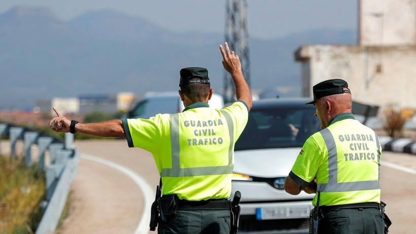 Dos agentes de la Agrupación de Tráfico en un punto de verificación.