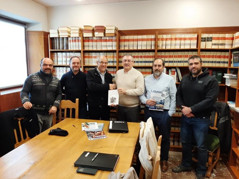 Los representantes de AUGC Navarra posan con el alcalde tras la reunión.