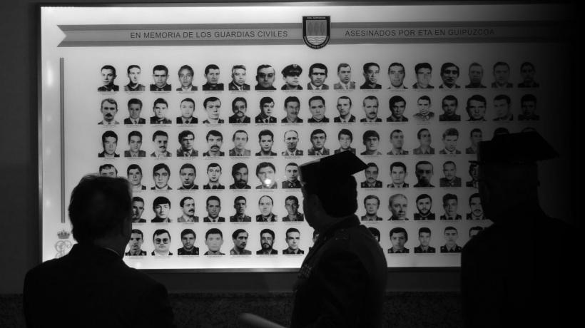 Panel fotográfico con las imágenes de los guardias civiles asesinados por ETA.