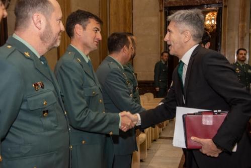 El ministro del Interior, Fernando Grande-Marlaska, saluda al secretario nacional de Comunicación y portavoz de AUGC, Juan Fernández.