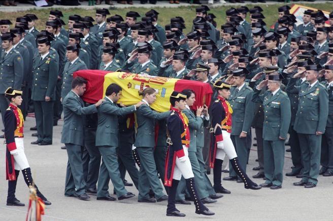 Compañeros del guardia civil Fernando Trapero Blázquez, asesinado por ETA en 2007 en Capbreton (Francia), portan su féretro durante el funeral celebrado en la escuela de Guardias Jóvenes de Valdemoro (Dani Duch)