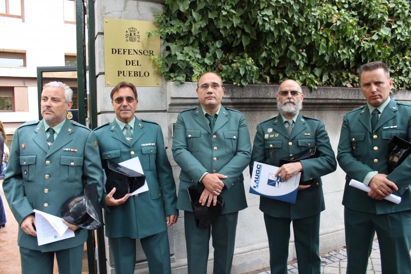 Representantes de AUGC posan ante la sede del Defensor del Pueblo en octubre de 2019, cuando se produjo una concentración en repulsa por la aplicación del Código Penal Militar a los guardias civiles.